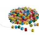 Cubes de lettres en bois colorés à enfiler